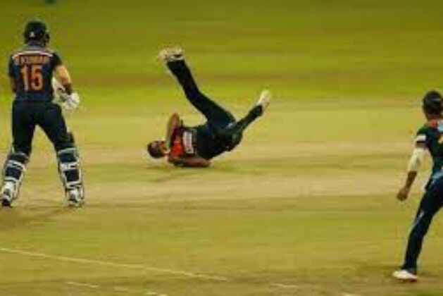 India vs Sri Lanka Live Cricket Score 3rd T20: Hasaranga strikes again to remove Bhuvneshwar, India 6 down.